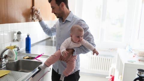 Ein Vater hält seine fünf Monate alte Tochter auf dem Arm. (Bild: Gaetan Bally/key)