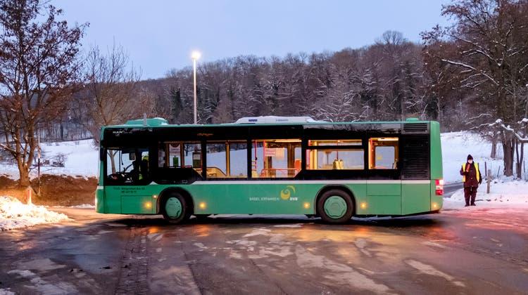 Seit Ende Dezember muss eine Sicherheitskraftdie BVB-Busfahrer beim Rückwärtsfahren lotsen. (Kenneth Nars)