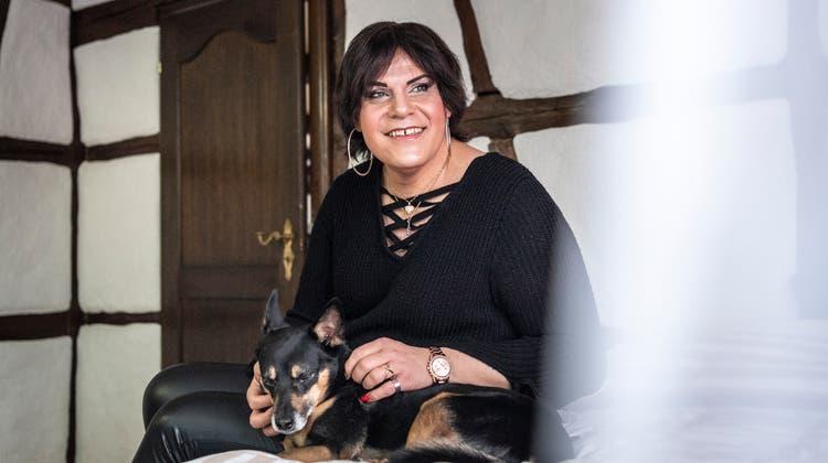 Elvira Kunz mit ihrem Hund Paco. (Bild: Andrea Stalder)