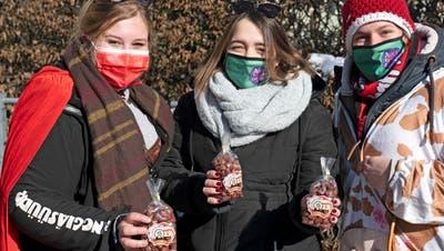 Kerstin Stanik, Natascha Lukas und Ladina Wägeli sind gekommen, weil es sonst keinen Fasnachtsanlass gibt. (Bild: Andreas Taverner)