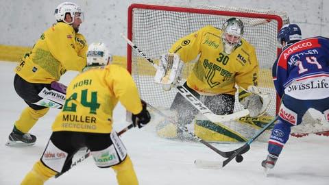 Thurgaus Goalie Nicola Aeberhard setzt sich gegen GCK-Torschütze Julian Mettler zur Wehr. Die beiden Stürmer Patrick Spannring und Dominic Hobi kommen ihm zu Hilfe. (Mario Gaccioli)
