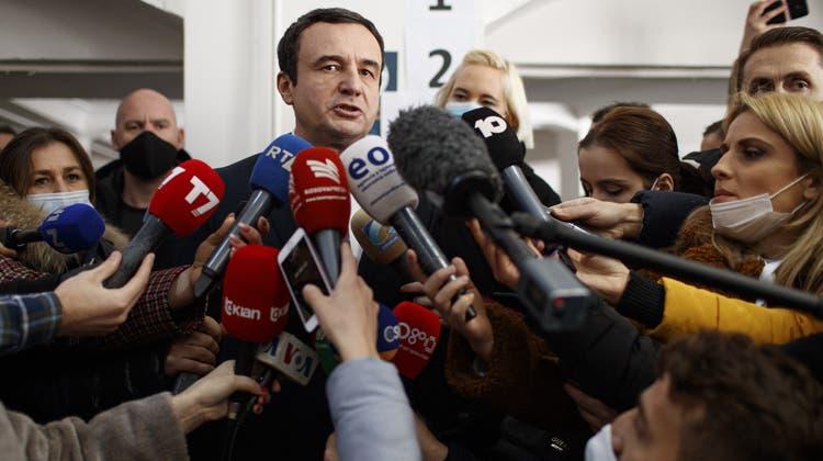 Gewann das Mandat als neuer Premierminister: Albin Kurti am Sonntag vor den Medien. (Keystone)
