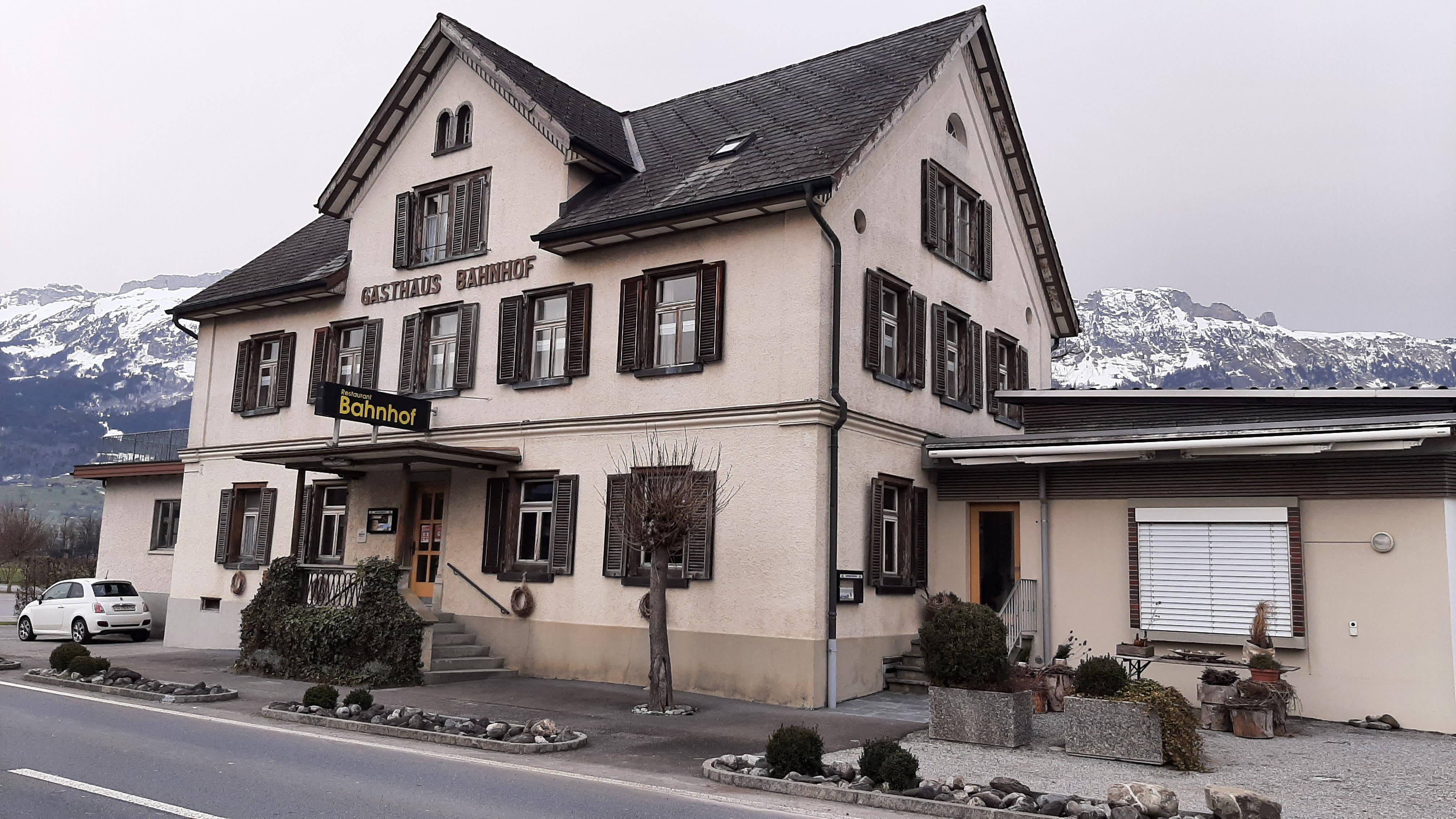 Das Restaurant Bahnhöfli mit seiner Panorama-Terrasse bietet eine Weitsicht auf die Kreuzberge und in Richtung Toggenburg.