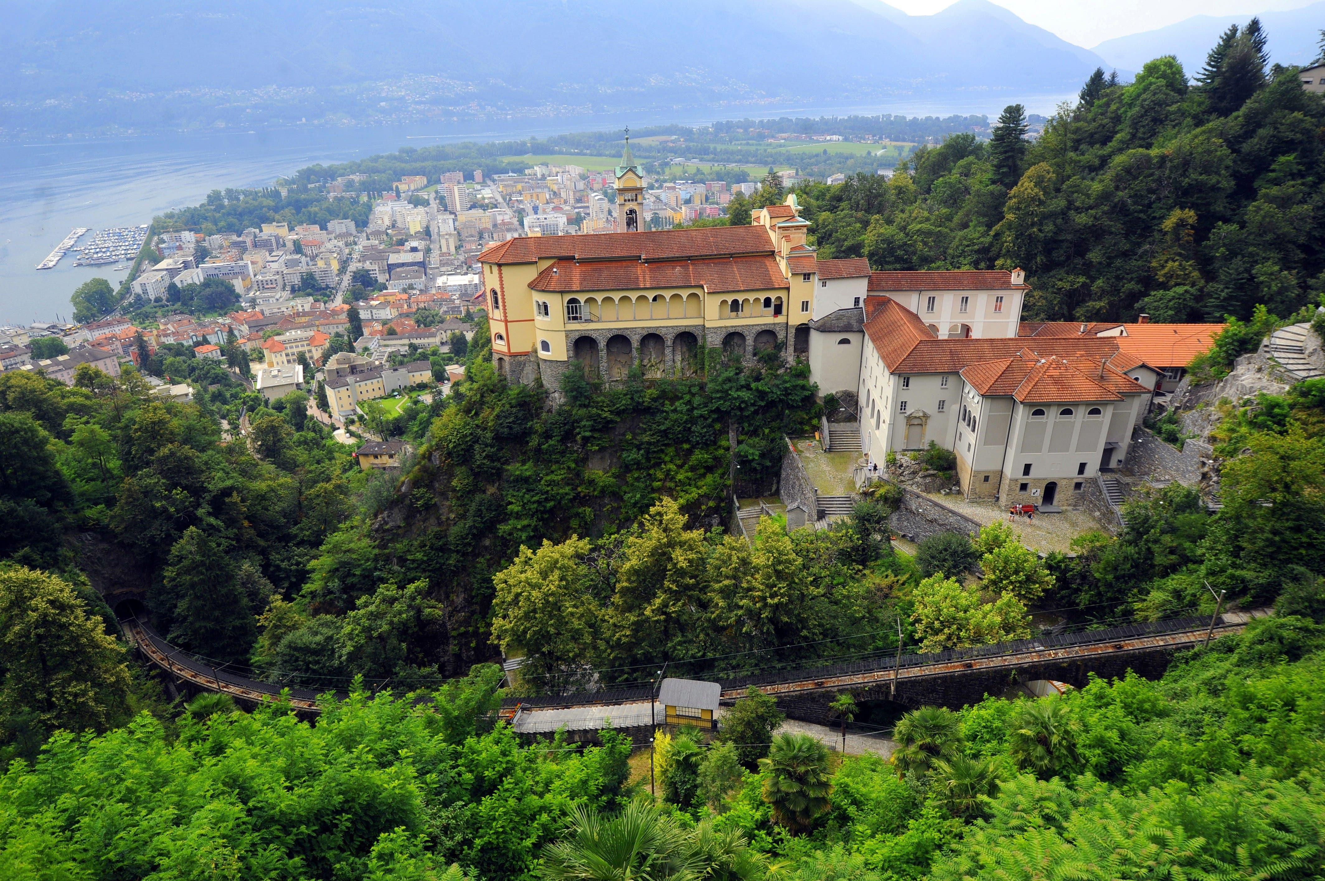 Die Wallfartskirche Madonna del Sasso liegt oberhalb des Lago Maggiore in Orselina TI.
