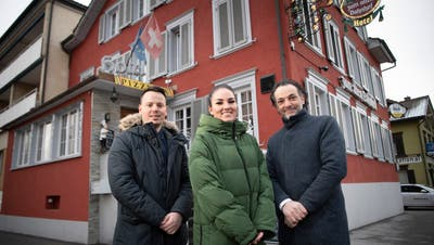Pietro Lo Russo, Patricia Stäheli und Nino Salvatore vor dem Restaurant in Gossau. (Bild: Ralph Ribi (9. Februar 2021))