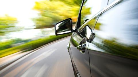 Auto rast bei diesem Symbolbild über die Strasse. (Bild: Baona / iStockphoto)