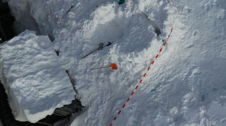 Das Kind konnte erst nach 15 Minuten aus den Schneemassen geborgen werden und verstarb im Spital. (Kapo GR)
