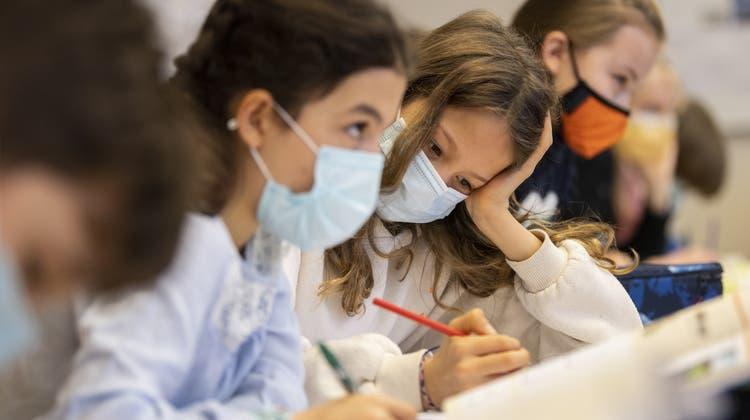 «Nicht Treiber der Pandemie»: Aktuelle Zahlen aus Genf zeigen keine Unterschiede zwischen Schulkindern und Erwachsenen. (Symbolbild) (Keystone)