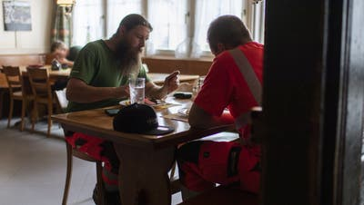 Büezer sollen in Restaurants essen dürfen, entschied die Wirtschaftskommission. (Bild: Peter Schneider/Keystone)