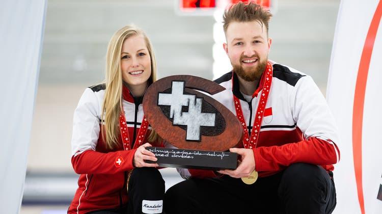 BriarHürlimann und Yannick Schwaller posieren mit der Siegertrophäe. (Céline Stucki)