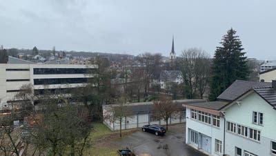 Der Pavillon und das Gebäude an der Hauptstrasse 88a werden zu Gunsten des Erweiterungsbaus für das Hallenbad bald abgerissen. ((Bild: PD/Stadt Kreuzlingen))