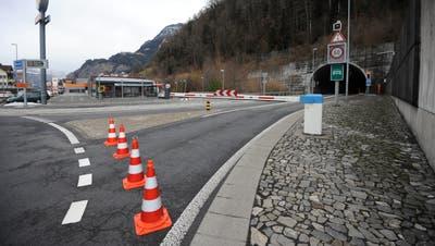 Die Axenstrasse ist gesperrt. Es gibt eine weiträumige Umleitung ab Flüelen. (Bild: Urs Hanhart (Flüelen, 3. Februar 2021))