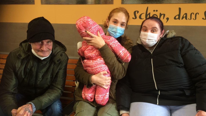 Jacko Reiff, Lindsay Brunzel mit Baby undObdachlosenhelferin Sabrina Steuck (v.l.) in der Bad Säckinger Bahnhofshalle. (Annemarie Rösch)