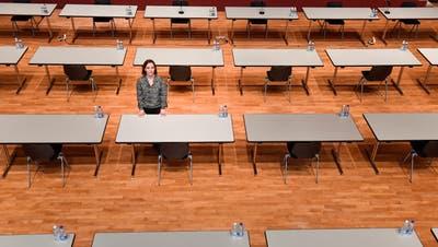 Bestuhlung für politische Versammlungen, die derzeit als einzige Veranstaltungen erlaubt sind: Casino-Bereichsleiterin Shariel Steiner von der Stadt Frauenfeld im leeren Casino. (Bild: Donato Caspari)