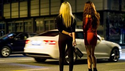 Sexarbeiterinnen sind kein Freiwild mehr: Sie können ihr Entgelt nun einklagen. (Bild: Jean-Christophe Bott / KEYSTONE)