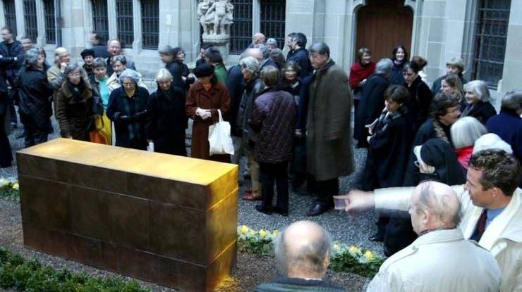 Das bisherige Denkmal für die letzte Äbtissin: eine elf Tonnen schwere Blockskulptur aus Kupfer von der Plastikerin Anna Bauer. Im Bild die Einweihung im Jahr 2004. (Keystone/Urs Flüeler)