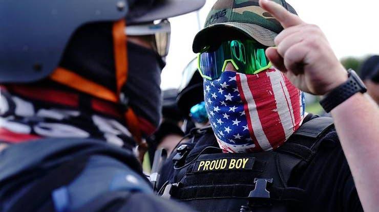 Ein rechter Demonstrant der Proud Boys (r) während einer Kundgebung. Foto: John Locher/AP/dpa (Quelle: Keystone)