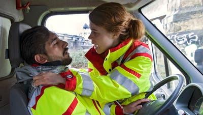 Tarik wird bei einem Notfalleinsatz ermordet, Kollegin Greta kann nichts mehr für ihn tut.