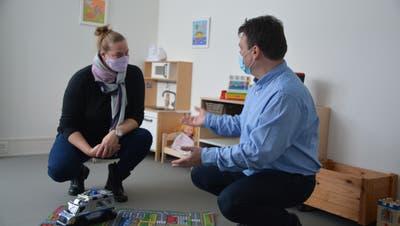 Gemeinderätin Daniela Willner und Gemeindepräsident Ciril Schmidiger in der neuen Kita. ((Bild: Judith Schuck))