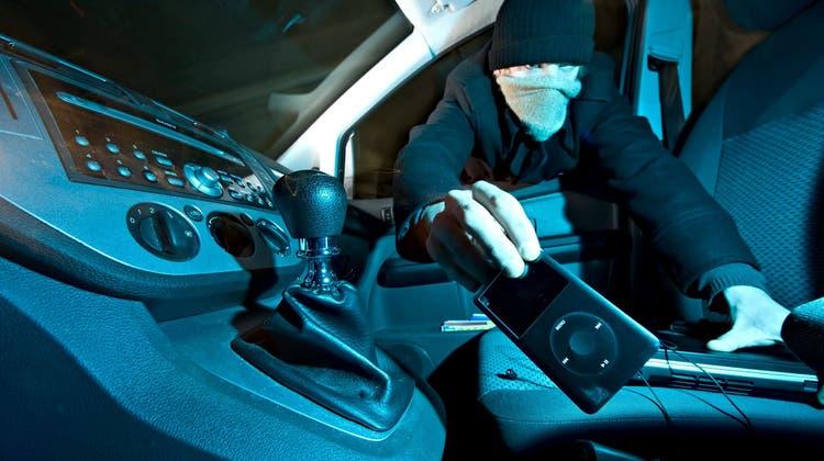 Muss die Polizei die Nationalität eines Autoknackers von sich aus bekanntgeben? Die Frage wird heiss diskutiert. (Symbolbild: Keystone)