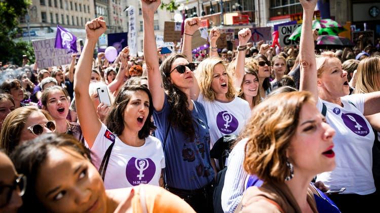 Teilnehmerinnen am Frauenstreik 2019 in Lausanne. (Jean-Christophe Bott / KEYSTONE)