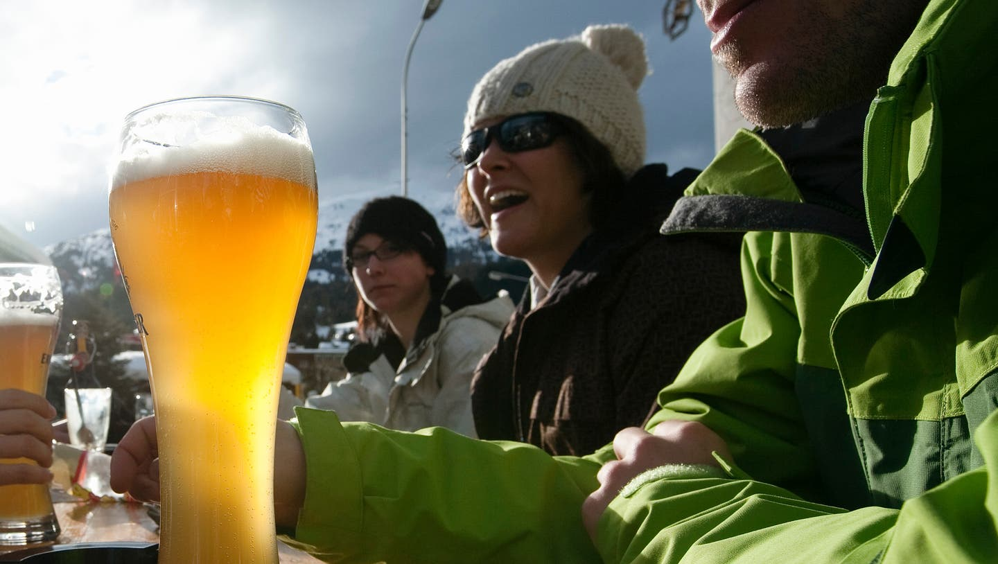 Winter athletes have beer in Lenzerheide in the canton of Grisons, Switzerland, pictured on January 30, 2009. (KEYSTONE/Alessandro Della Bella)Wintersportler trinken am 30. Januar 2009 in Lenzerheide im Kanton Graubuenden Bier. (KEYSTONE/Alessandro Della Bella) (Alessandro Della Bella / KEYSTONE)