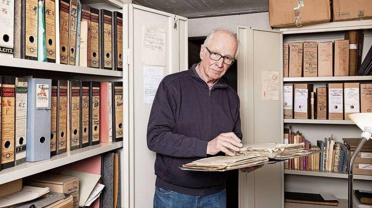 Der «Aargauer Zeitung» hatLorenz Stäger Einblick in das umfangreiche Archiv seines Vaters Robert gewährt. (Foto: Severin Bigler)