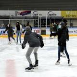 Besonders viele Mädchen gleiten am Samstag übers Eis in der Güttingersreuti. (Bild: Manuela Olgiati)