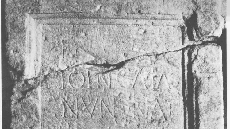 «Zu Ehren der Totengeister der Ioincatia Nundina», lautet die Inschrift auf dem Grabstein sinngemäss. (Bild: Gerold Walser)