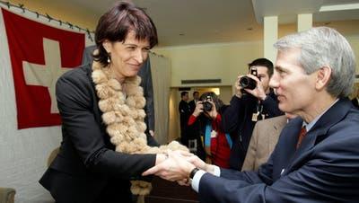 Rob Portman begrüsst 2008 am WEF die damalige Bundesrätin Doris Leuthard (CVP). (Archivbild aus 2008) (Keystone)
