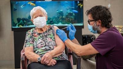 90-jährige Luzernerin als erste Person in der Schweiz gegen Corona geimpft