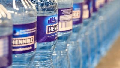Grüne und braune PET-Flaschen sind ein Problem: Nun geraten Valser und Rivella in Erklärungsnot
