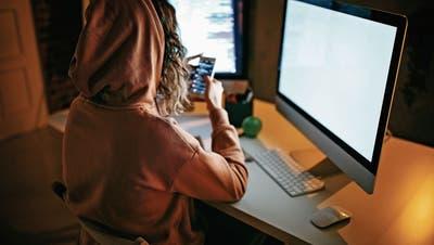 Die Telefonistin der Cybercrime-Gang: Wie eine Frau mit gutem Job nebenbei einen Millionenbetrug einfädelt