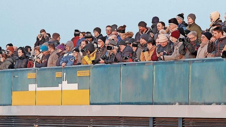 Das lange Warten auf ein kurzes Spektakel: 250 Zuschauer haben die Landung der Air Force One beobachtet