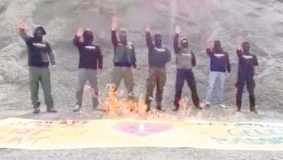 Nach Schwyzer Rassismus-Demo: Nazis verbrennen gestohlenes Transparent – Aktivisten zeigen Rechtsextreme an