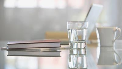 Glas statt Plastikbecher:Grossfirmen verbannen PET-Flaschen & Co.
