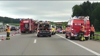 Schwerer Unfall auf der A1: Zwei Tote und vier Verletzte– historisches Militärfahrzeug involviert