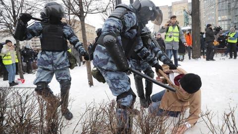 Demonstrationen: BrutaleFestnahmen vor Nawalnys Gefängnis in Moskau
