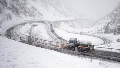 Nach Verkehrschaos wegen Wintereinbruch: Andermatt vorerst nur per Bahn erreichbar