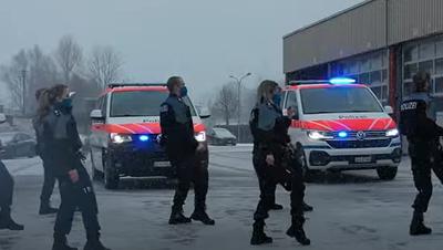 Herausforderung angenommen: Zuger Polizei tanzt in schwierigen Zeiten, um für ein Lächeln zu sorgen