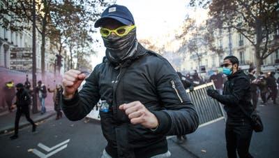 Nach brutalen Fällen von Polizeigewalt: Franzosen protestieren gegen Macrons Sicherheitsgesetz