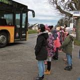Kinder lernen richtiges Verhalten im Bus und an der Haltestelle