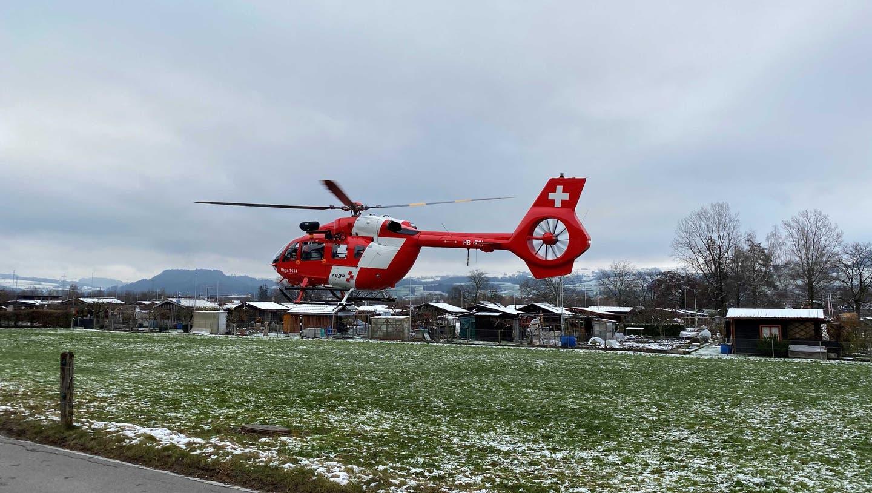 Der 59-Jährige Mann wurde durch die Rega ins Spital geflogen. (Bild: Zuger Polizei)