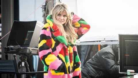 19.11.2020, Berlin: Das ehemalige Model und Moderatorin Heidi Klum steht bei den Dreharbeiten für eine neue Staffel «Germany's next Topmodel» am Set am Hotel Adlon. (Kay Nietfeld/DPA)