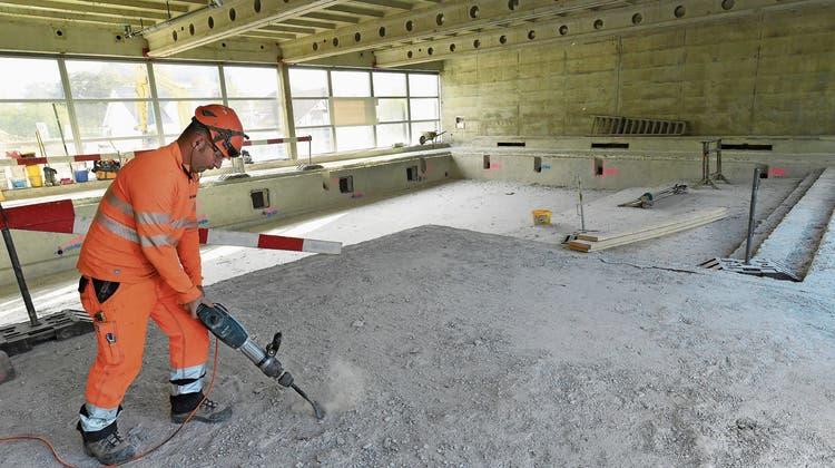Hallenbad ist nun von Asbest befreit – es gibt jedoch noch viel zu tun bevor es im Oktober 2021 eröffnet