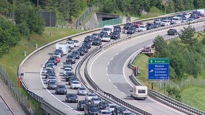 Fernweh nach Süden: Die Sommerferien beginnen mit Stau am Gotthard – und einem Fahrzeugbrand