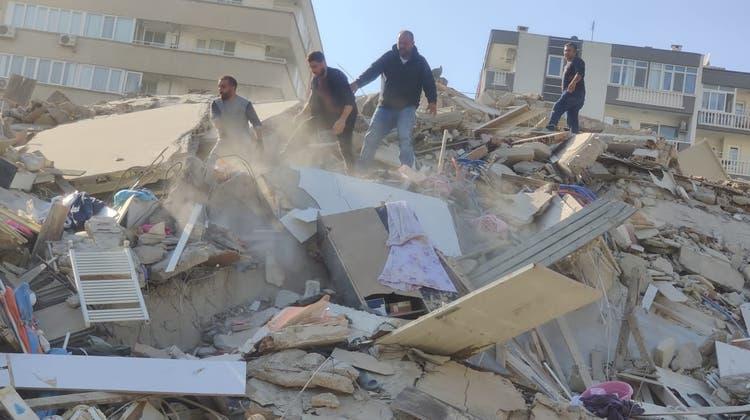 Unter Applaus werden eine Frau und ihre drei Kinder lebend aus den Trümmern geborgen