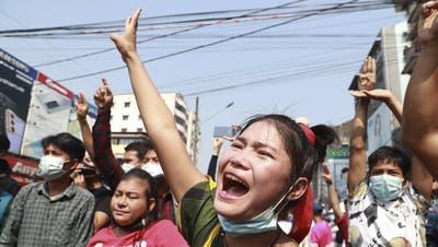 Protest gegen den Militärputsch: In Myanmars grösster Stadt Yangon demonstrieren die Menschen inzwischen lautstark gegen die Absetzung der De-facto-Regierungschefin Aung San Suu Kyi. (AP)