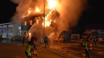Autofahrer flieht mit 169 km/h vor Polizei, rast in ein Haus und stirbt – Feuer sorgt für grossen Schaden