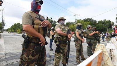 Rassisten mit Sturmgewehr: Warum die USA ein Problem mit bewaffneten Milizen haben